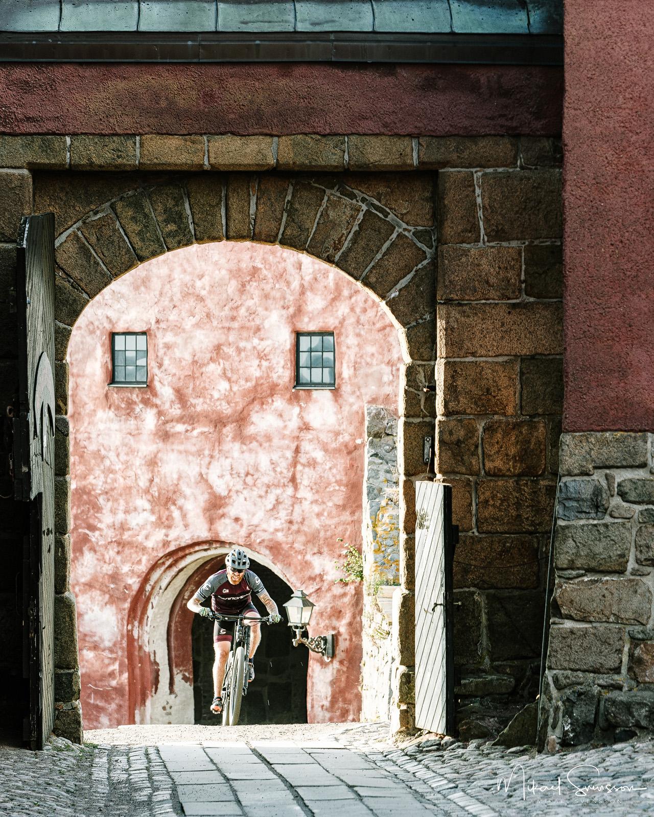 Cyklist vid Varbergs fästning, Halland.
