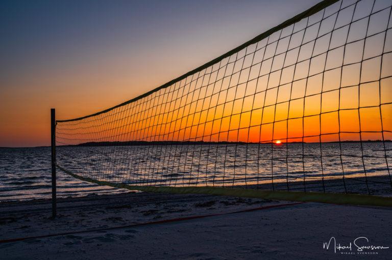 Solnedgång vid volleybollnät, Stråvalla, Halland.