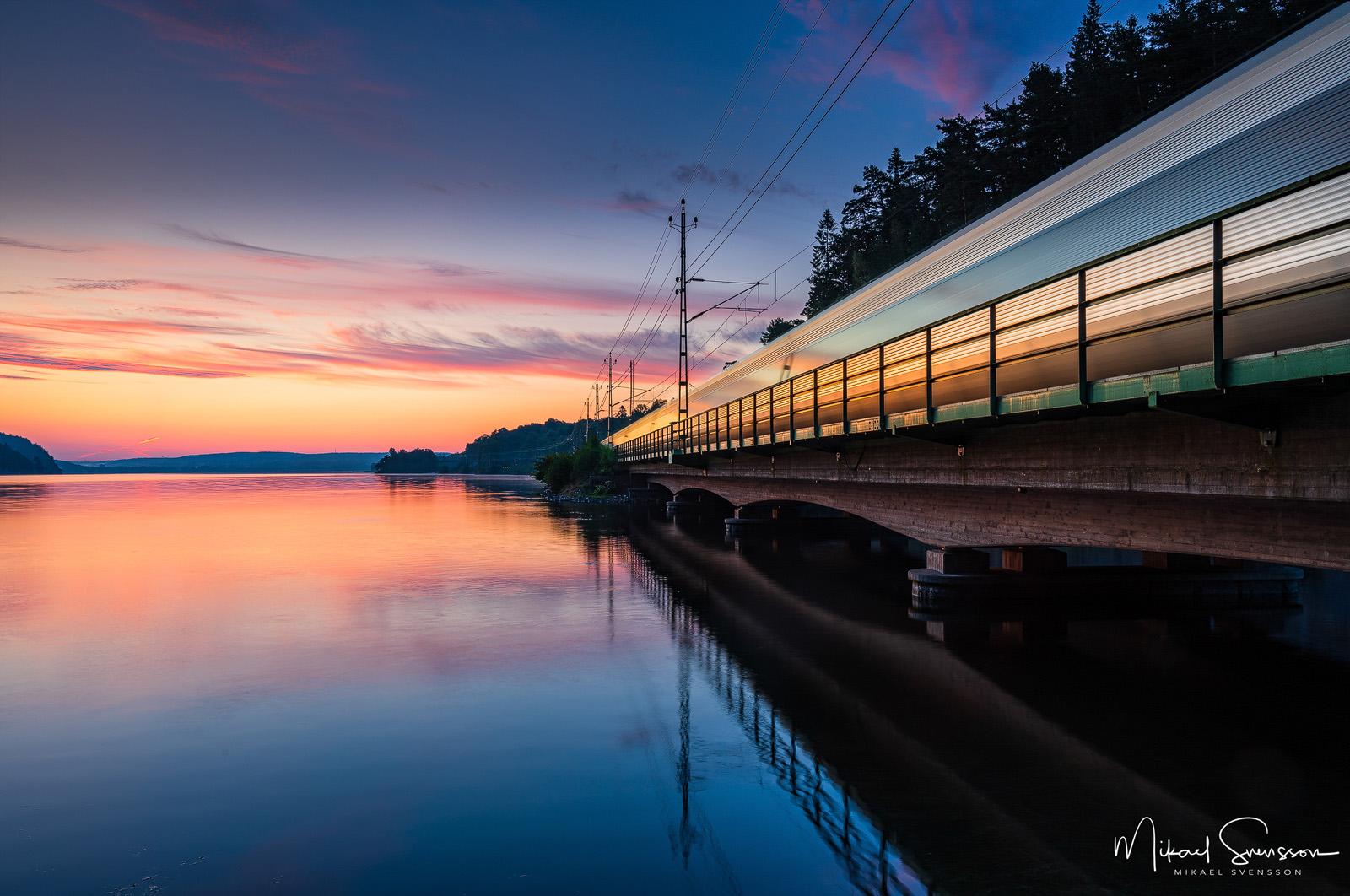 Tåg passerar vid Aspen, Jonsered, Sweden.