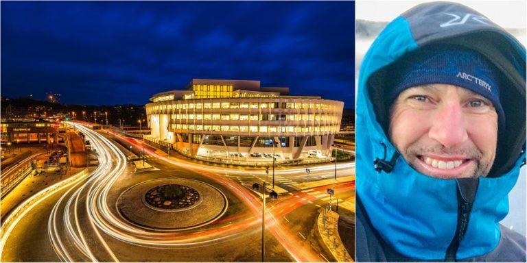 Mikael Svensson fotograferar 100 platser i Mölndal i sitt arbete med en ny bok. Här Essity-huset i centrala stan. Bild: Mikael Svensson